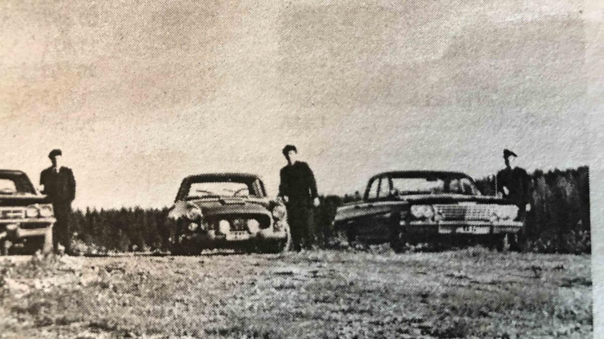 sanomalehtikuva 60-luvulta, jossa Flaminia lisävaloilla varustettuna keskellä