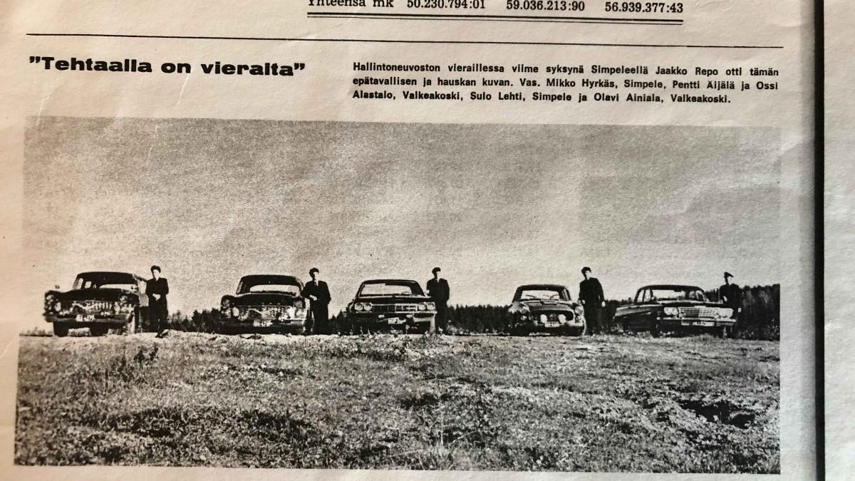 sanomalehtikuva 60-luvulta. Flaminian kuljettaja Sulo Lehti kuvassa, toinen auto oikealta